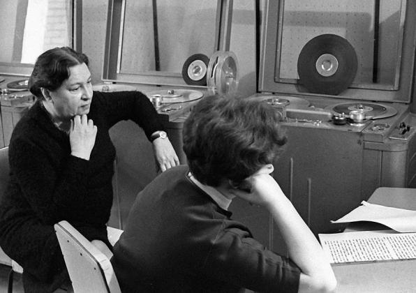 Агния Барто вместе с редактором радиопередачи «Найти человека» Мариной Новицкой прослушивает запись своих новых выступлений
