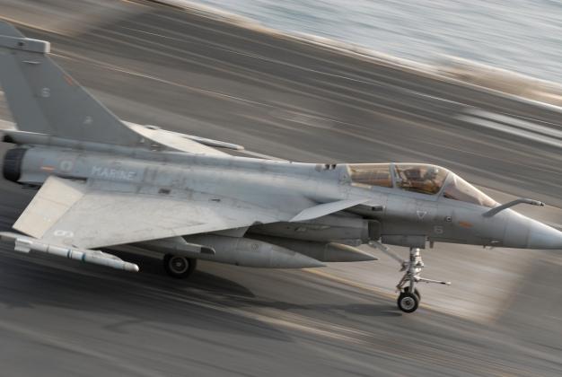 Истребитель Rafale на палубе авианосца «Шарль де Голь»