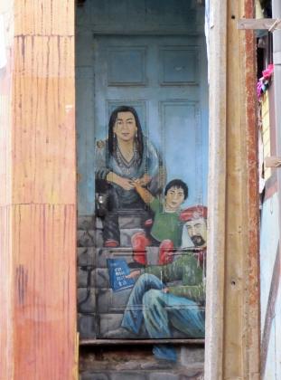 Уличное граффити в Чили. Мужчина держит коммунистический манифест