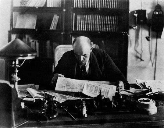 Ленин читает газету «Правда». 1918