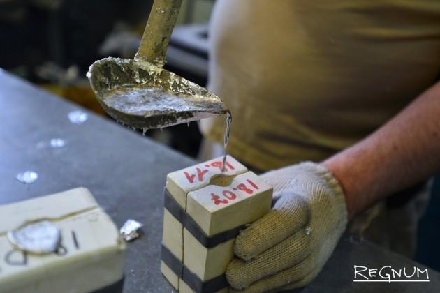 Расплавленное олово заливается в форму