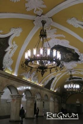 Колонны, соединенные в аркады изящными арками. Станция метро «Комсомольская Кольцевая»