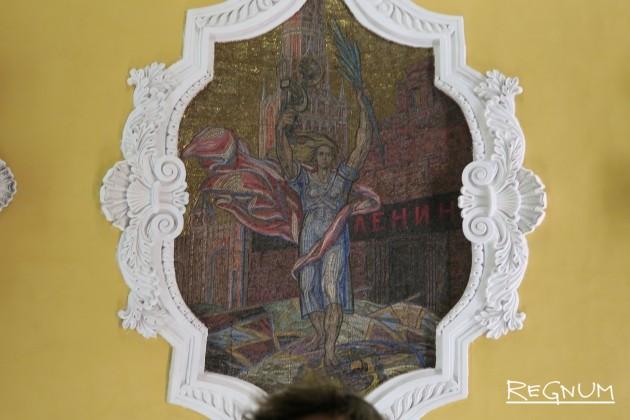 Павел Корин. Изображение Родины-матери на доске Мавзолея на мозаичном панно. Станция метро «Комсомольская Кольцевая»