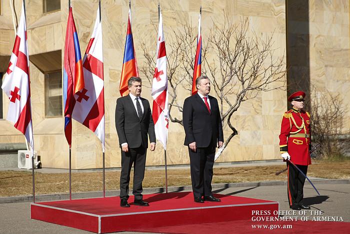 Премьер-министры Армении и Грузии — Карен Карапетян (слева) и Георгий Квирикашвили, Тбилиси, 23 февраля 2017 г