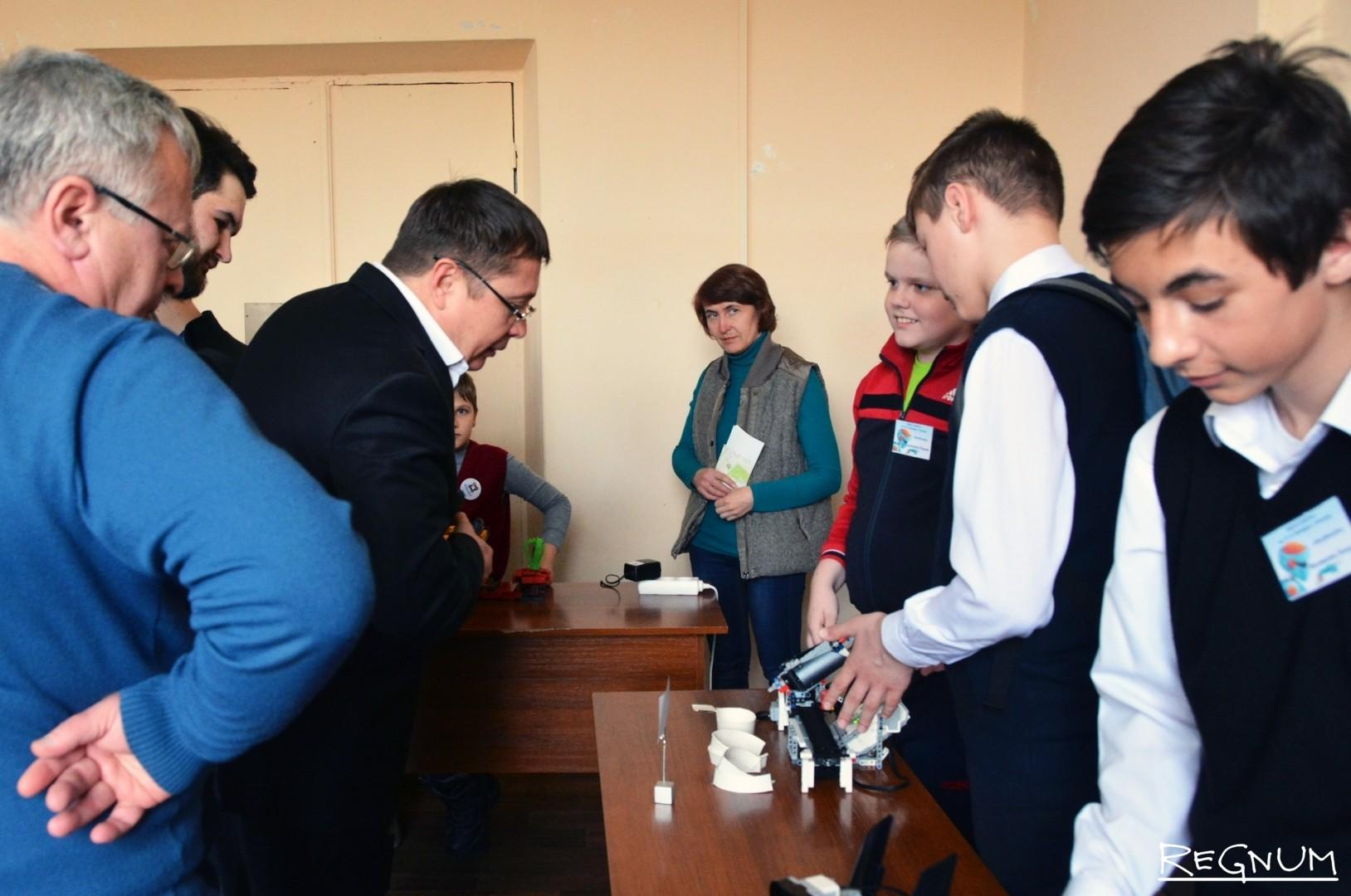 Ректор ВГУ Дмитрий Ендовицкий знакомится с работами участников