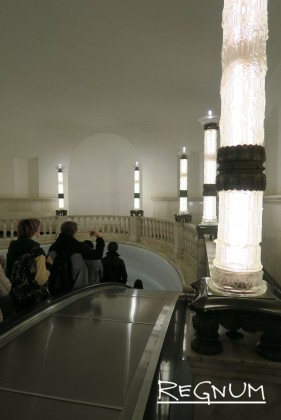 Фонари в эскалаторном зале. Станция метро «Курская Кольцевая»