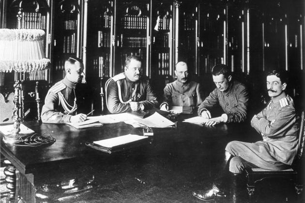 Заседание военного министерства Временного правительства четвертого состава (слева направо) Барановский, Якубович, Савинков, Керенский, Туманов. Август 1917 года