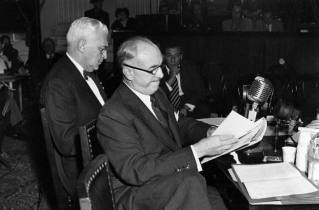 Джэк Уорнэр проверяет текст стенограммы
