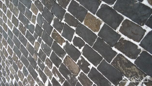 Стена превращается в площадь