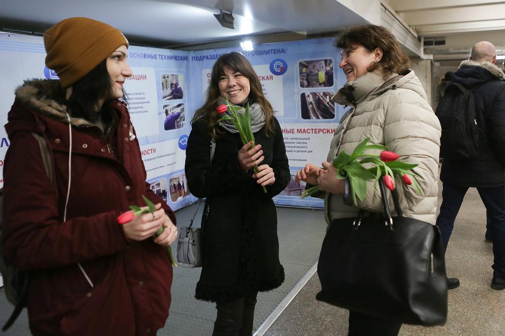 Волонтеры Новосибирской филармонии подарили тюльпаны женщинам