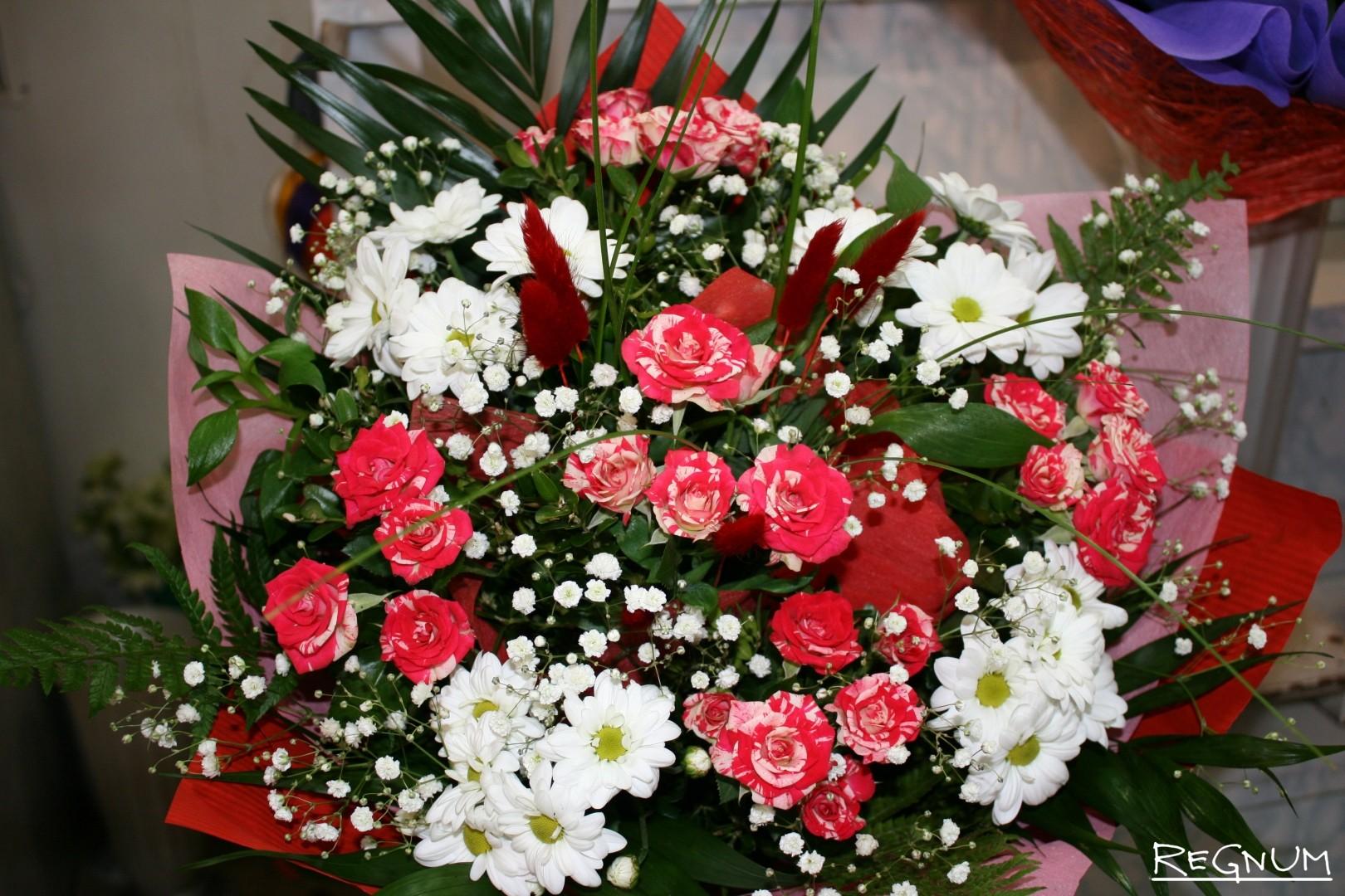 Цветы, букеты стоимостью 1000 рублей