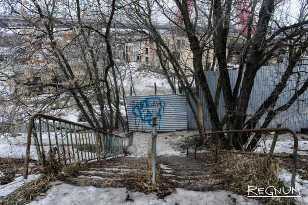 Забор вокруг стройки на территории водной станции «Труд»