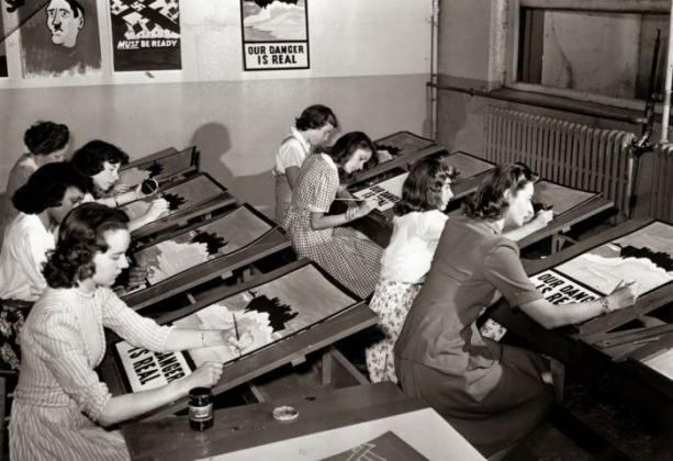 Американские студентки изготавливают военные плакаты, Нью-Йорк, 1942 год