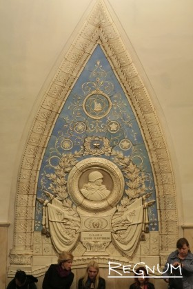 Медальон «Слава героям пехотинцам». Станция метро «Таганская Кольцевая»