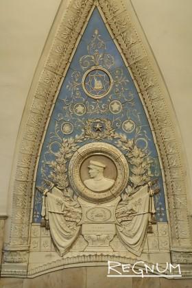 Медальон «Слава героям железнодорожникам». Станция метро «Таганская Кольцевая»