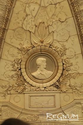 Медальон «Слава героям артиллеристам». Станция метро «Таганская Кольцевая»