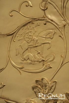В растительном орнаменте вплетено изображение Дмитрия Донского. Станция метро «Таганская Кольцевая»