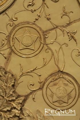 В растительном орнаменте вплетено изображение Минина. Станция метро «Таганская Кольцевая»