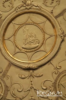 В растительном орнаменте вплетено изображение Минина и Пожарского. Станция метро «Таганская Кольцевая»