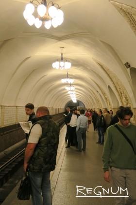 Путевые стены оформлены белым рельефным кафелем, с мраморными пилястрами напротив пилонов. Станция метро «Таганская Кольцевая»