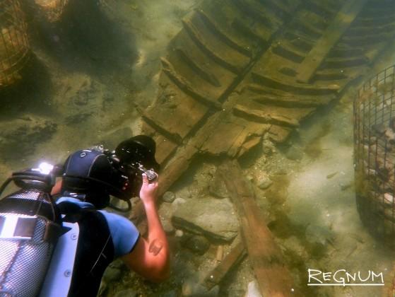 Фотосъемка найденного на дне Таманского залива древнего корабля