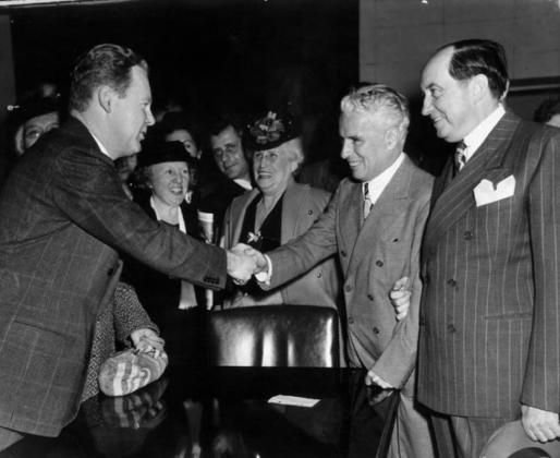 Чаплин пожимает руки присяжным