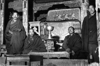 Монахи у трона Далай-ламы, Норбулингка. 1938 год