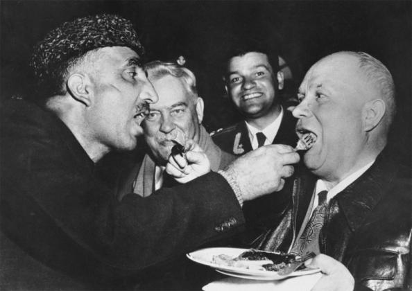 Фромм, не принимающий Сталина, тем не менее выступил против Никиты Хрущева, обвинив его в «гуляш-коммунизма» — превращении СССР в общество портебления