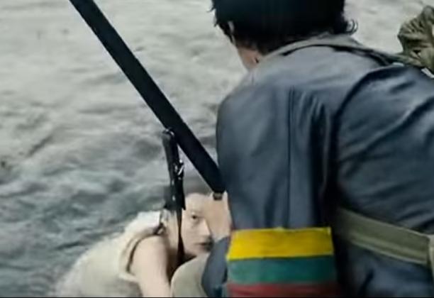 Кадр из фильма «Волчьи дети». Литовский националист спасает немецкую девочку от советских солдат