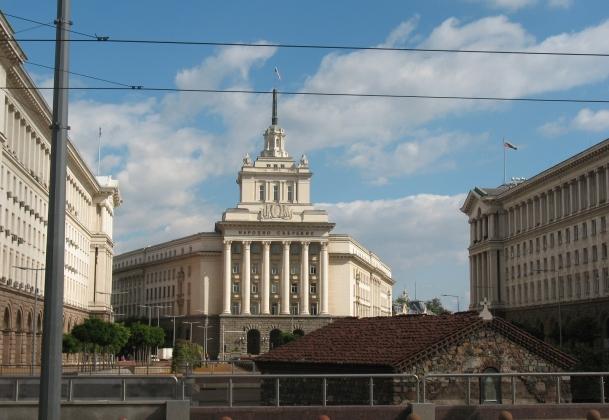 Силы экс-правящей партии Болгарии и социалистов равны за неделю до выборов