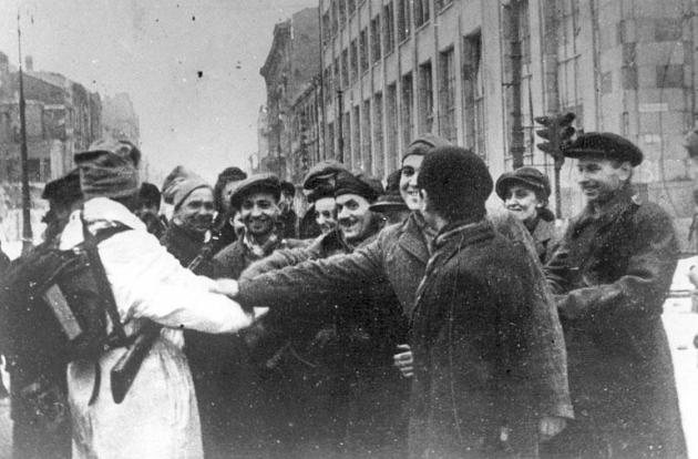 Жители Варшавы встречают своих освободителей — солдат Красной Армии и 1-й армии Войска Польского. 17 января 1945 года