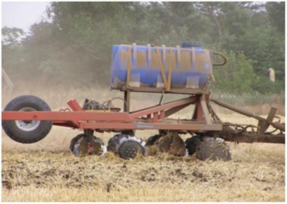 Рис. 14. Дисковая борона с установленном на нём баком для обработки поля СТИМИКСОМ сразу после уборки урожая