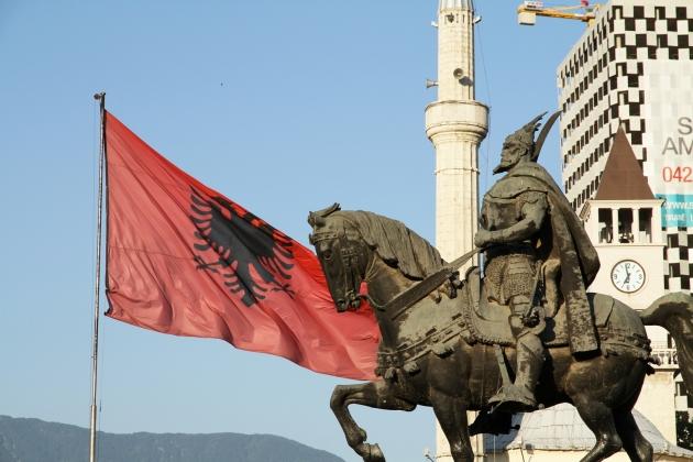 Флаг Албании и Георги Кастриоти на коне