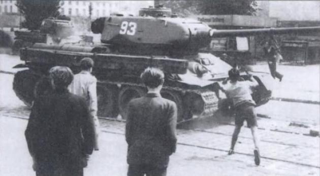 Бунтовщики просят подростка напасть на советский танк. 17 июня 1953 года