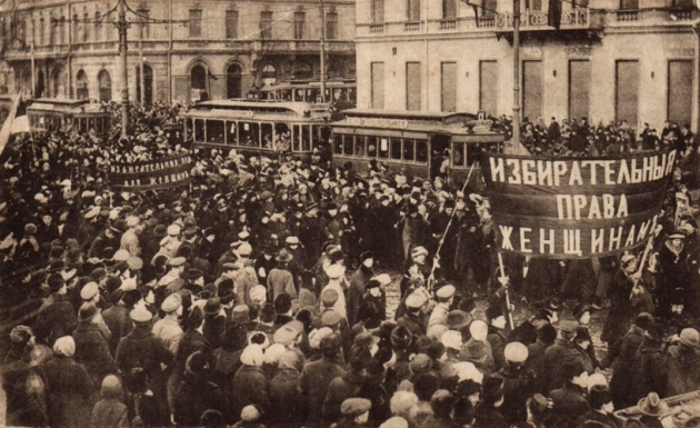В Петербурге — многотысячные демонстрации женщин, город заполнен войсками