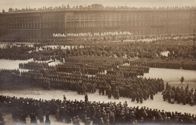 Парад юнкера на Дворцовой площади. Дворцовая пл. Фото Я. В. Штейнберга. 19 марта (1 апреля)