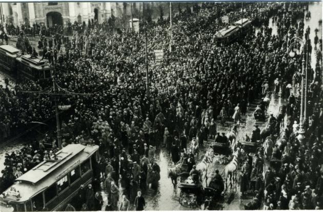 Манифестация женщин, требовавших равных с мужчинами избирательных прав. Невский пр. Фото К. К. Буллы