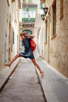 Переулки в городках Коста-Брава шириной в прыжок ребенка