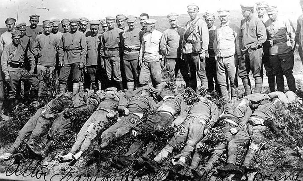 Легионеры на похоронах своих товарищей, убитых в бою с большевиками под Никольск-Усурийским. 1918 год