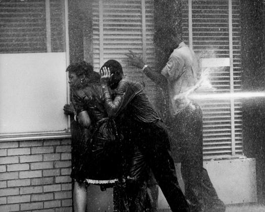 Полиция применяет водометы для разгона марша детей . 1963