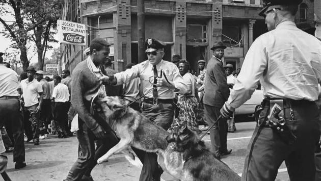 Полиция применяет собак для разгона марша детей. 1963