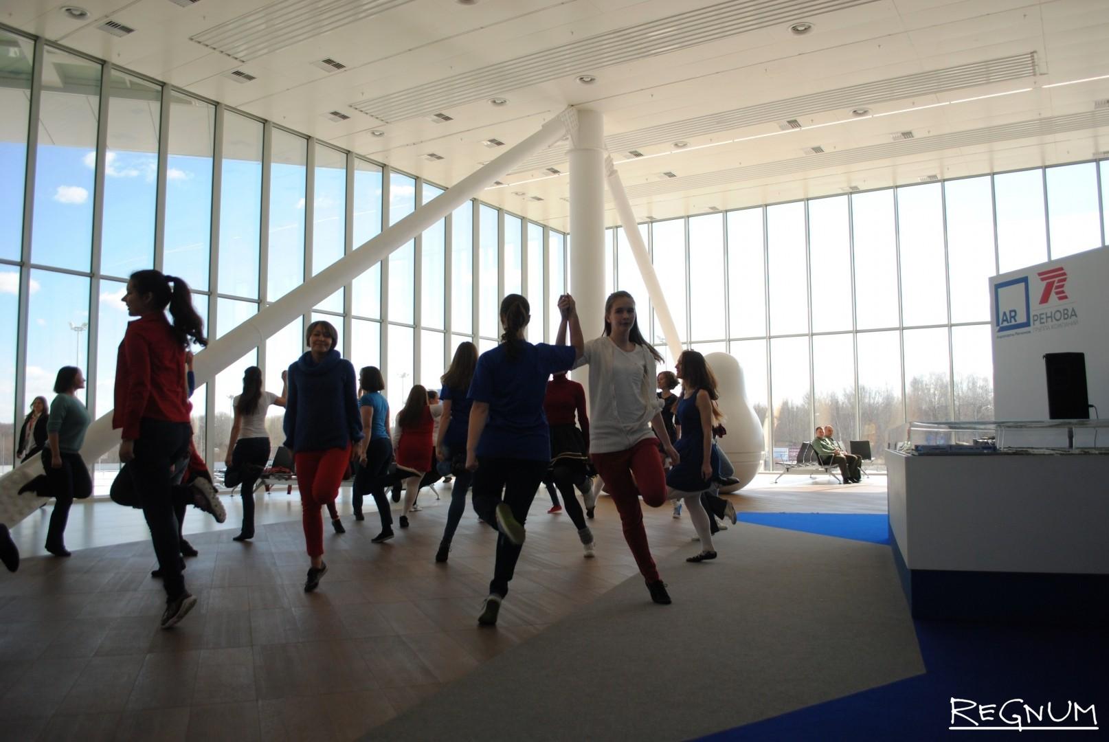 В флэшмобе принимают участие две танцевальные школы