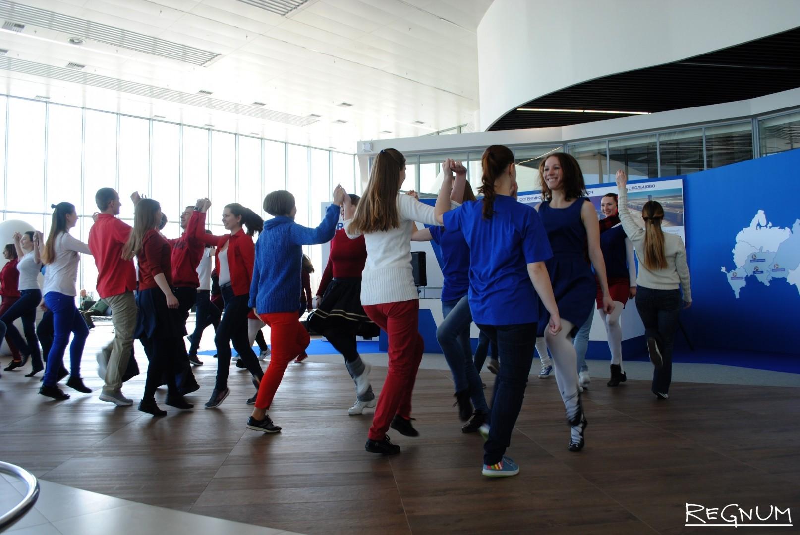 За час танцевальные коллективы исполнили свой номер несколько раз