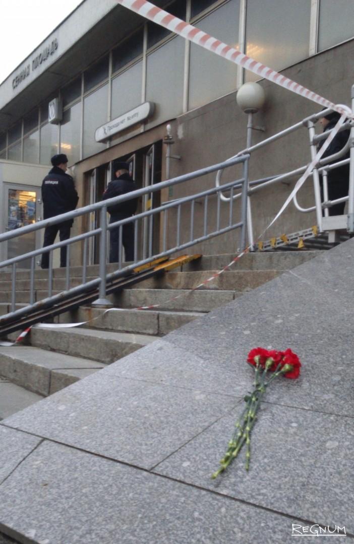 Горожане несут цветы к вестибюлю метро «Сенная площадь»