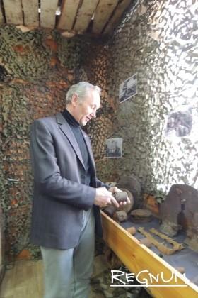 В музее поискового клуба.Сергей Ельчанинов показывает экспонат — отслужившую свое противопехотную гранату РГД-33
