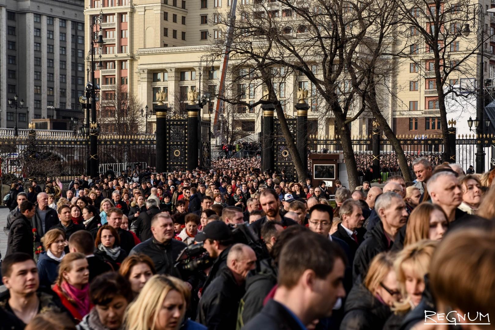 Вечер памяти жертв теракта в петербургском метро в Александровском саду