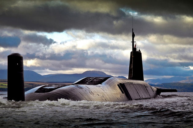 Подводная лодка класса «Вэнгард» с ядерными ракетами системы «Трайдент» на борту возвращается с учений на базу Фаслейн в Шотландии