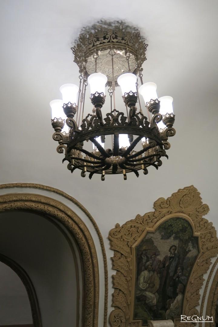 Восьмирожковая люстра. Станция метро «Киевская Кольцевая»