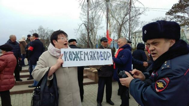 Жительница г Холмск приехала на митинг в столицу области, чтобы добиться переселения из аварийного жилья