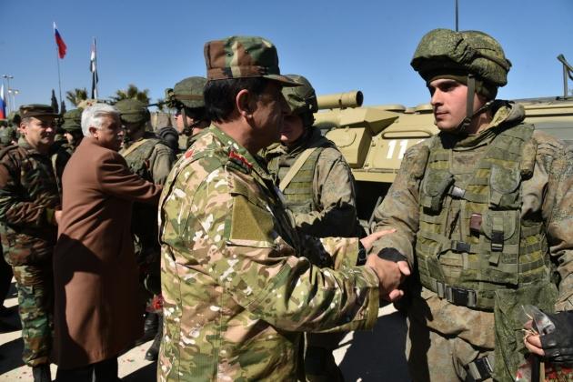 Сирийские военные благодарят российских военных инженеров Международного противоминного центра ВС РФ
